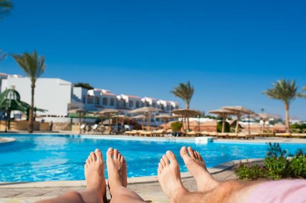 Homem mulher, sunbathing, por, a, piscina, em, a, hotel