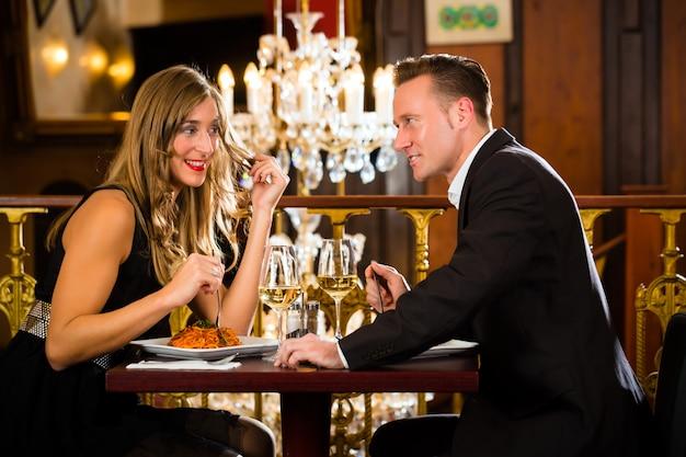 Homem mulher, ter, um, data, em, um, restaurante