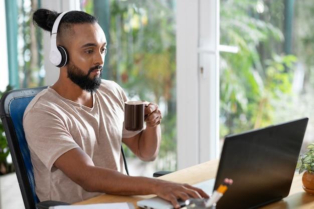 Homem, mulher, tiro médio, segurando uma xícara de café