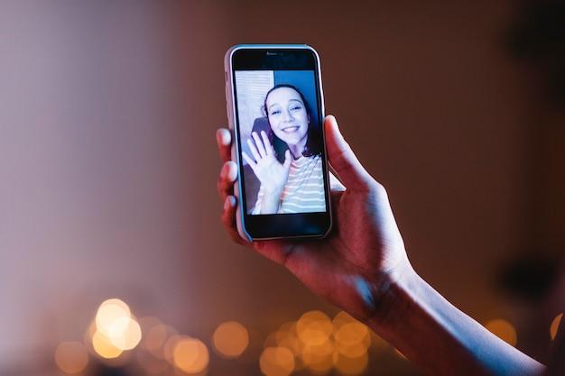 Homem, mulher, videochamada usando smartphone
