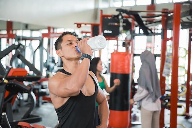 Homem musculoso asiático saudável com sede