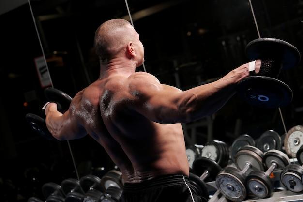 Homem musculoso bonito em uma academia
