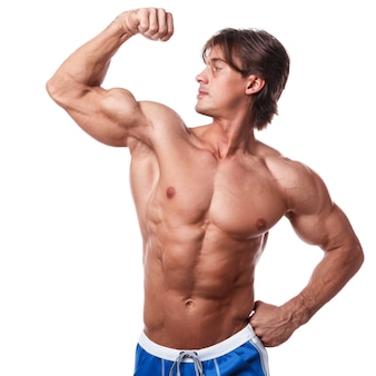 Homem musculoso bonito