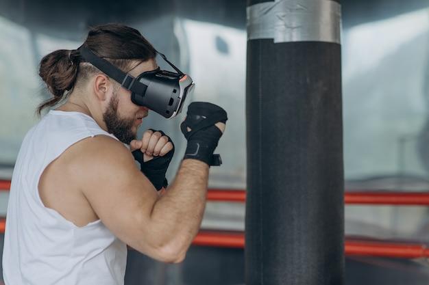 Homem musculoso boxeador com óculos vr lutando em realidade virtual simulada