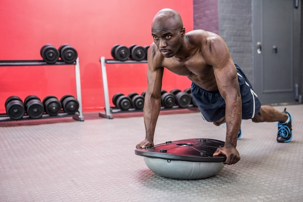 Homem musculoso com bola bosu
