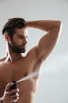 Homem musculoso com desodorizante