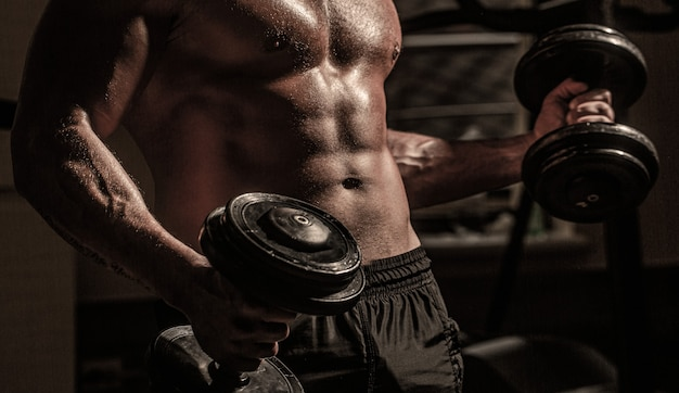 Homem musculoso com haltere