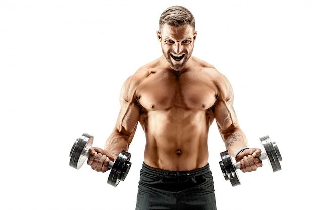 Homem musculoso com halteres