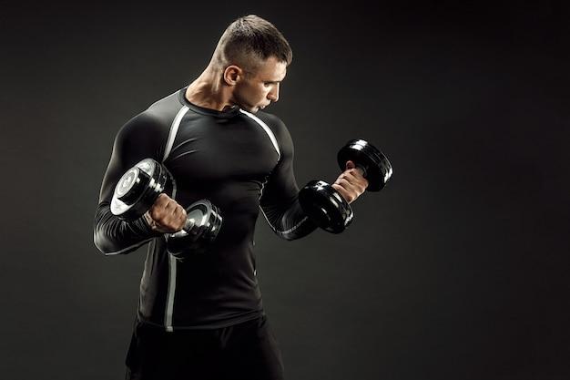 Homem musculoso concentrado fazendo exercício com halteres