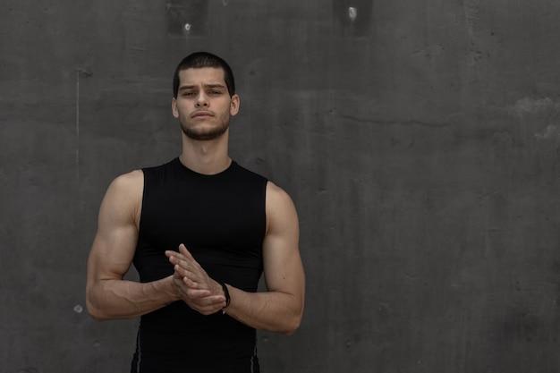 Homem musculoso desportivo desportivo na moda forte atraente