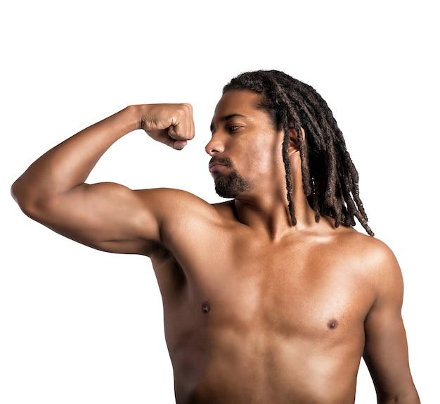 Homem musculoso dobrando o braço