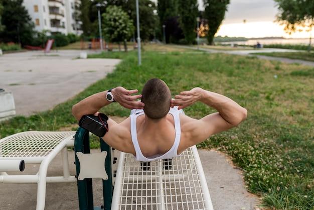 Homem musculoso durante seu treino ao ar livre