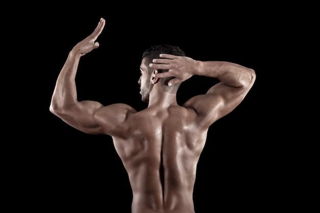 Homem musculoso em um fundo preto