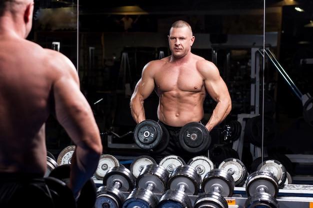 Homem musculoso em uma academia