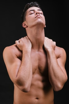 Homem musculoso, esticando o pescoço