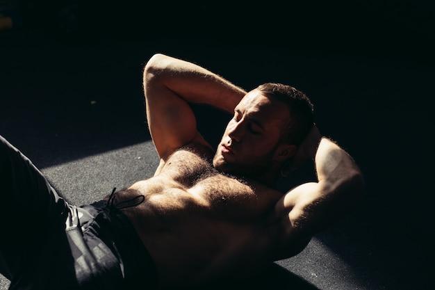 Homem musculoso, exercitar, sentar-se, exercício