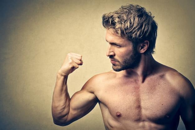 Homem musculoso forte