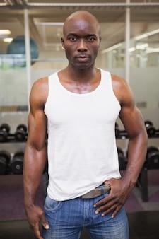 Homem musculoso grave no ginásio