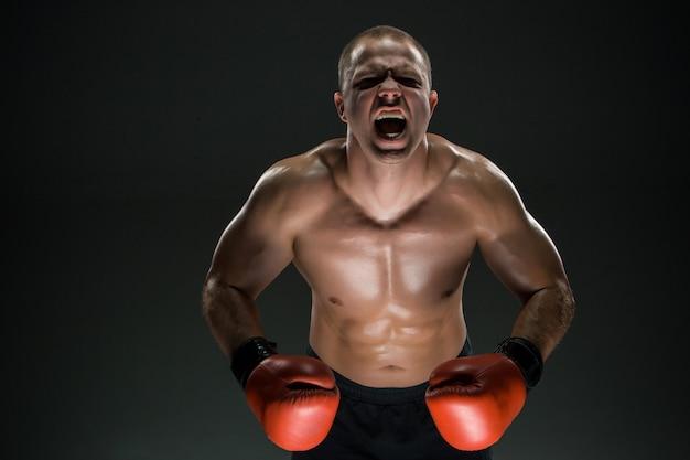 Homem musculoso, gritando e rugindo