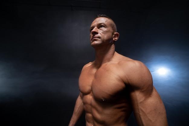 Homem musculoso isolado no preto
