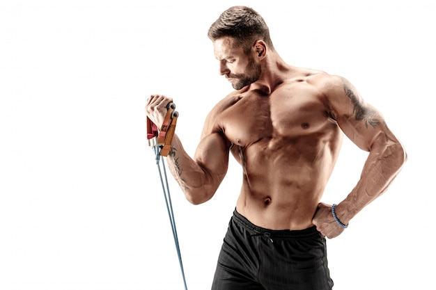 Homem musculoso malhando