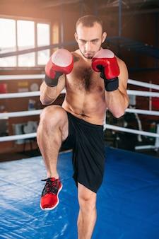 Homem musculoso no boxe no ginásio antes da luta.
