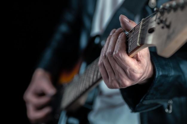 Homem músico tocando guitarra elétrica