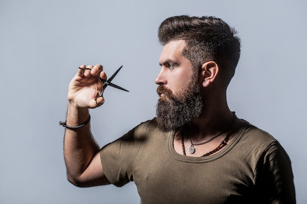 Homem na barbearia, corte de cabelo, barbear.