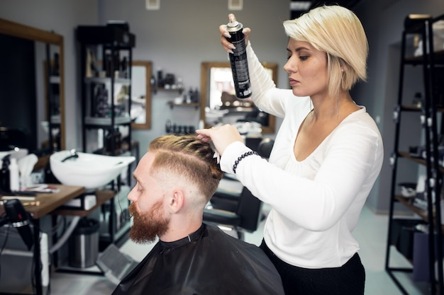 Homem na barbearia