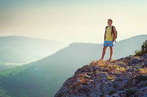 Homem na beira da montanha. viagem de vida.