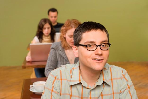 Homem na cabeça da fila de usuários de laptop