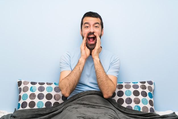 Homem na cama, gritando e anunciando algo