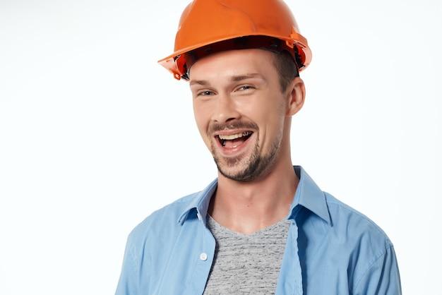 Homem na construção civil, uniforme profissional, profissão ativa