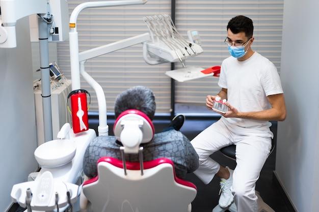 Homem na consulta do dentista