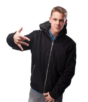 Homem na dança da camisola como um rapper