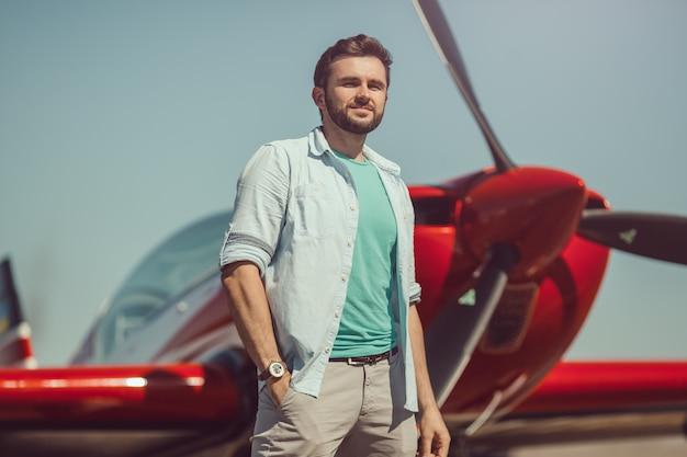 Homem na frente do avião vintage