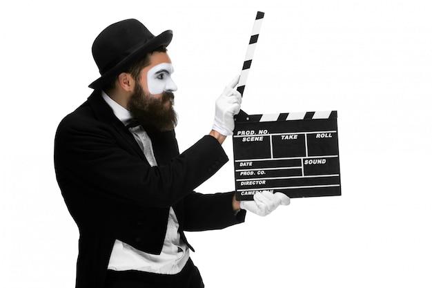 Homem na imagem mime com placa de filme