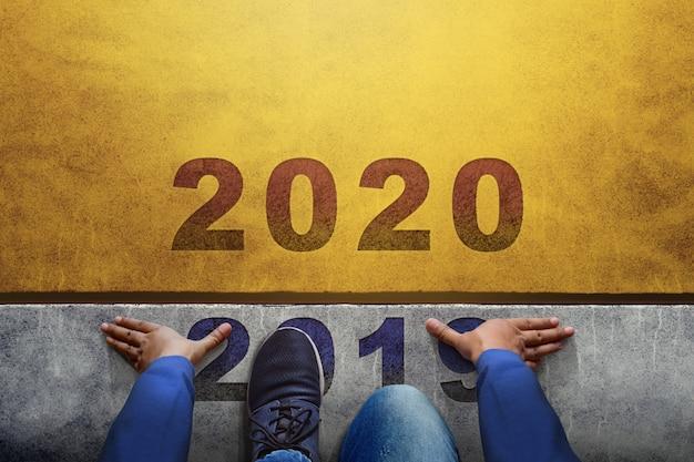 Homem na linha de partida preparando-se para 2020