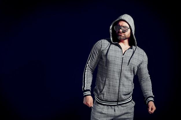 Homem na moda elegante esporte terno e óculos de sol