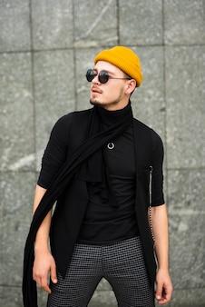 Homem na moda em plano médio