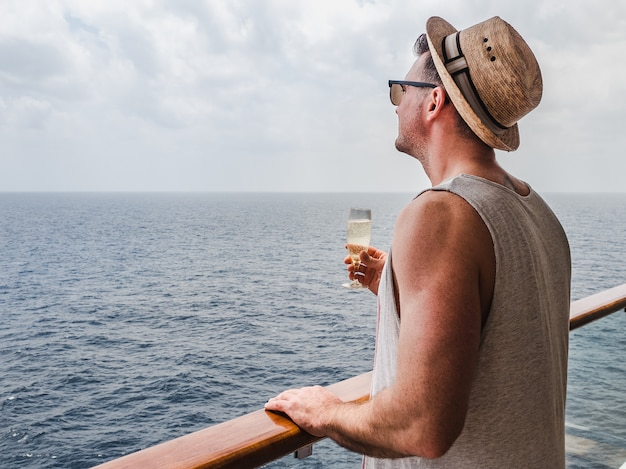 Homem na moda, segurando uma taça de champanhe