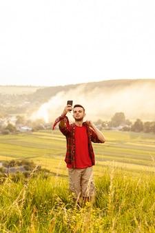 Homem na montanha tomando selfie
