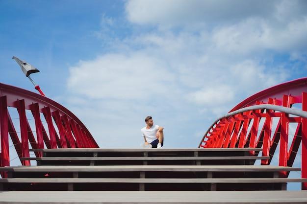 Homem na ponte. breakdance de cabeça pra baixo