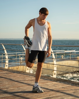 Homem na praia treinando