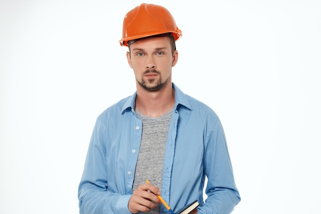 Homem na profissão de construtor de plantas de uniforme de construção