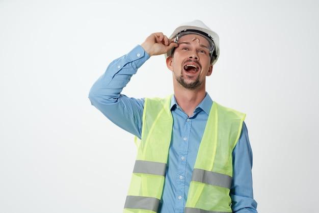 Homem na profissão de engenheiro de uniforme de construção