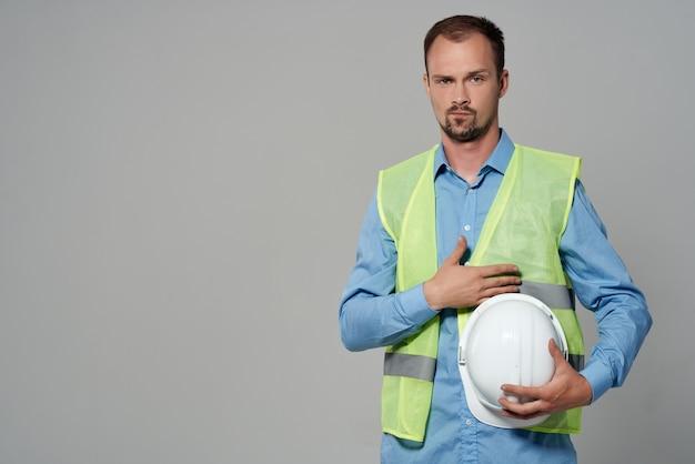 Homem na proteção do capacete branco fundo isolado da profissão trabalhando. foto de alta qualidade