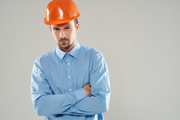 Homem na proteção uniforme de construção profissão ativa. foto de alta qualidade