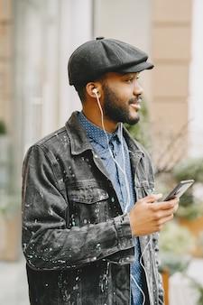 Homem na rua. conceito de negócios. cara com telefone celular.