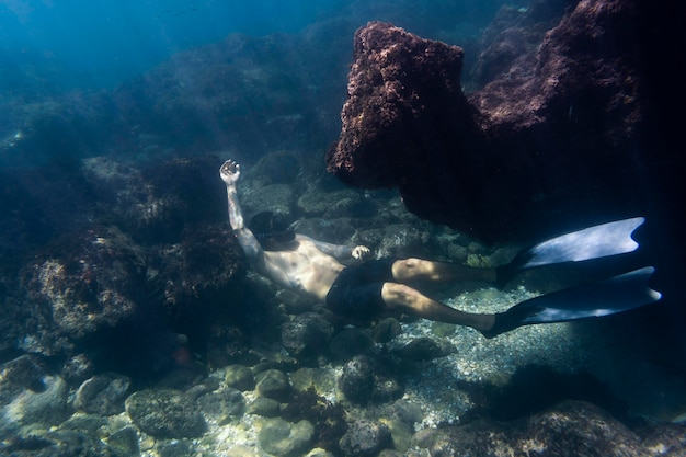 Homem nadando debaixo d'água